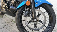 Suzuki GSX-S 125, l'impianto frenante è efficacie e controllato dal sistema ABS