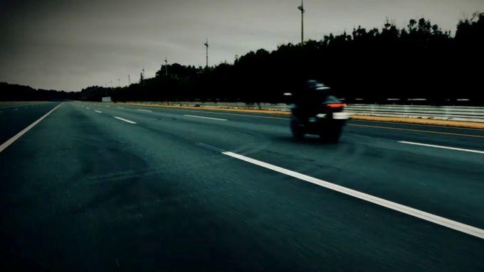 Suzuki Hayabusa 2021: scorre veloce anche nel video
