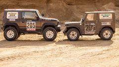 Suzuki Jimny 2019 Paris-Dakar di fronte al modello a cui si ispira