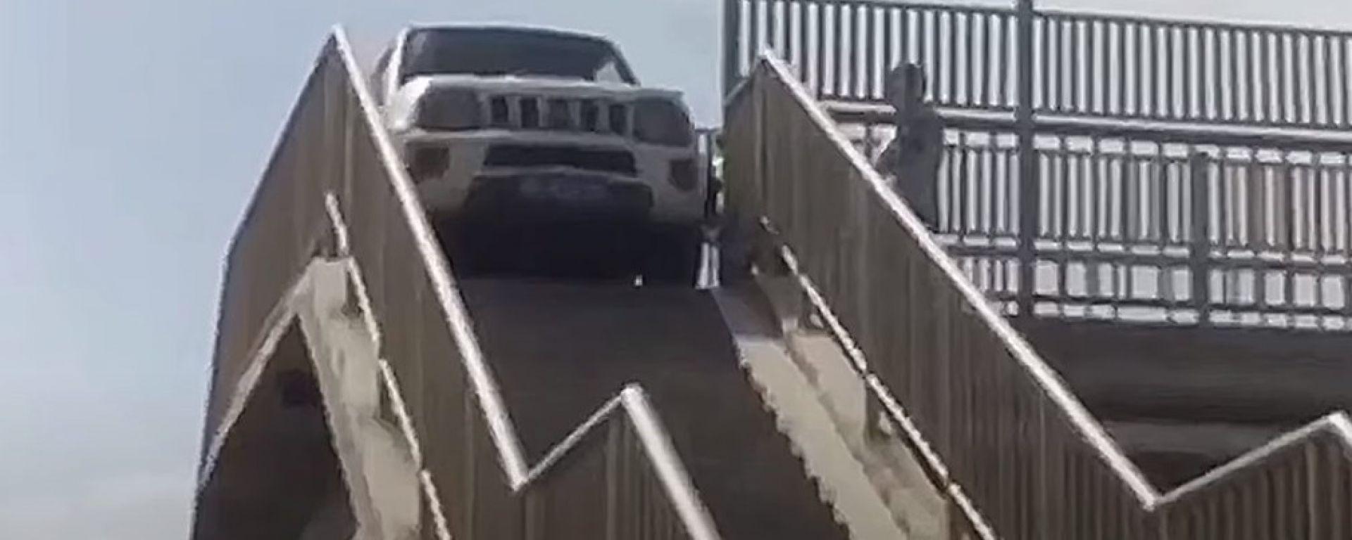 Suzuki Jimny sul cavalcavia