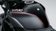 Suzuki SV650X, il logo lascia il posto al nome per esteso come sulle vecchie glorie