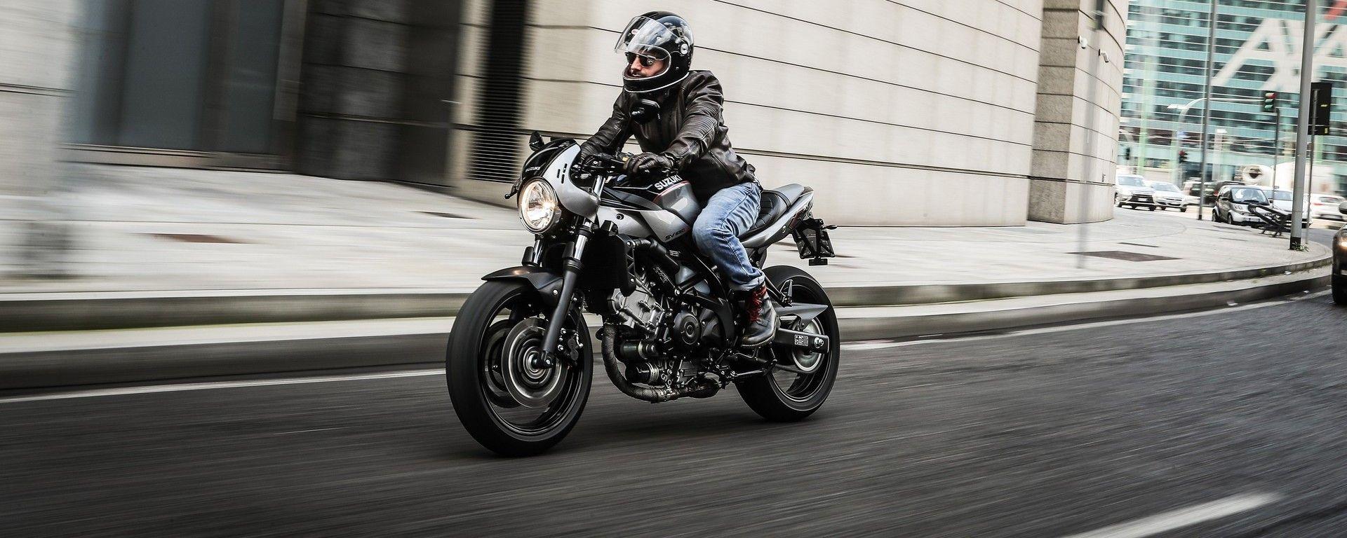 Suzuki SV650X-Ter per le strade di Milano