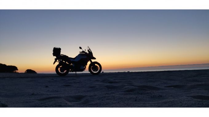 Suzuki V-Strom 1050 XT 2020: uno scatto all'alba presso il Camping Bellino Village