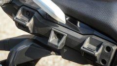Suzuki V-Strom 250: dettaglio degli attacchi per le borse laterali