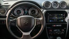 Suzuki Vitara Hybrid, il volante