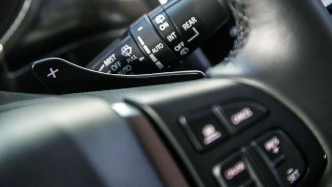 Suzuki Vitara Hybrid, leva al volante per comandare il cambio automatico