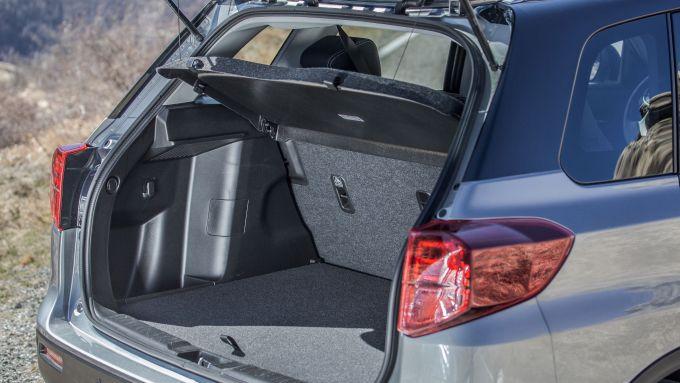 Suzuki Vitara Hybrid, piano di carico e soglia del bagagliaio sono allineati, ma c'è un doppiofondo