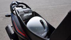 Sym Crox 125 CBS Euro 4, il sottosella contiene un casco jet