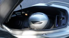 Sym CruiSym 300: il vano sottosella, con stantuffo idraulico di sostegno