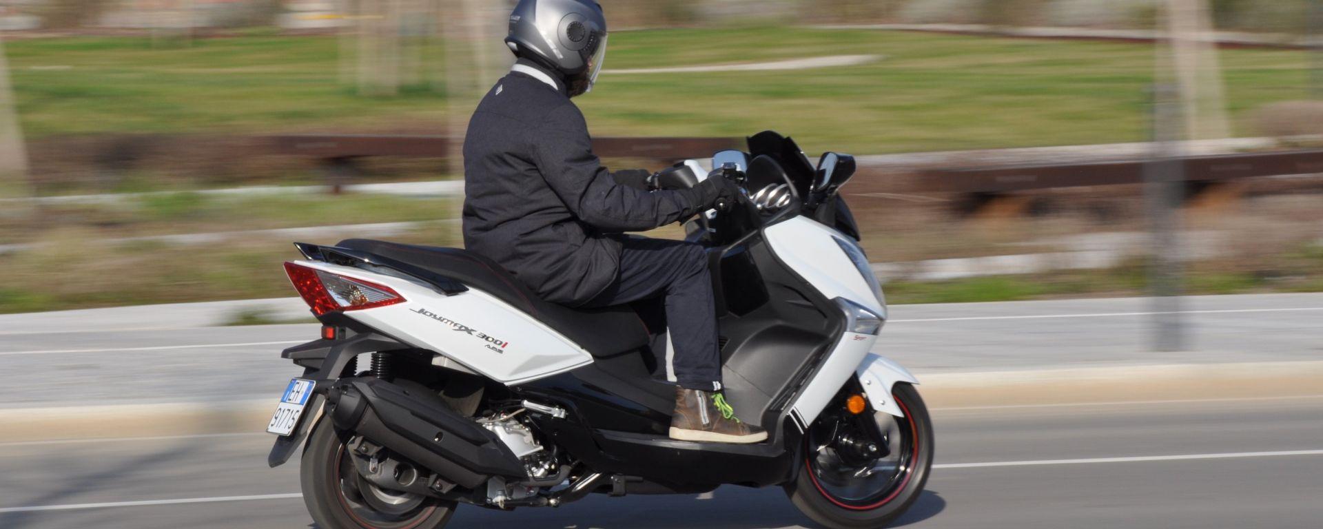 SYM Joymax 300i Sport, lo scooter che bada al sodo