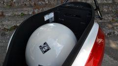 Sym Mio 115 CBS 2017: il vano sottosella con il casco Tucano Urbano El'mettin