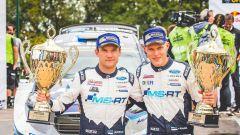 Tanak e il suo co-pilota festeggiano sul podio del Rally di Germania