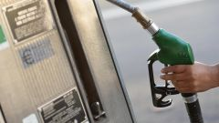 Prezzi carburanti, l'Unione Europea: l'Italia tolga la tassa regionale