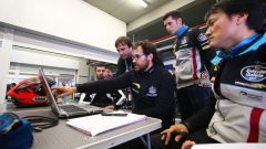 Tecnici a lavoro nel box del team EG 0,0 Marc VDS durante i test MotoE di Jerez
