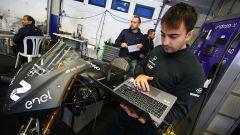 Tecnici a lavoro sulla moto di Jesko Raffin nei test di Jerez MotoE