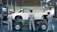 Tecnici al lavoro nel reparto Mercedes Classic