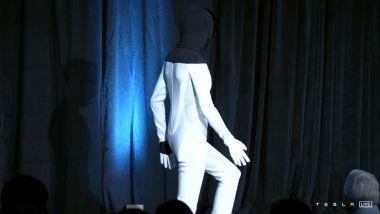 Tesla AI Day: sul palco sale un ballerino vestito da robot