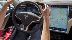 Tesla Autopilot, nuova versione da agosto 2018. Guida (quasi) autonoma