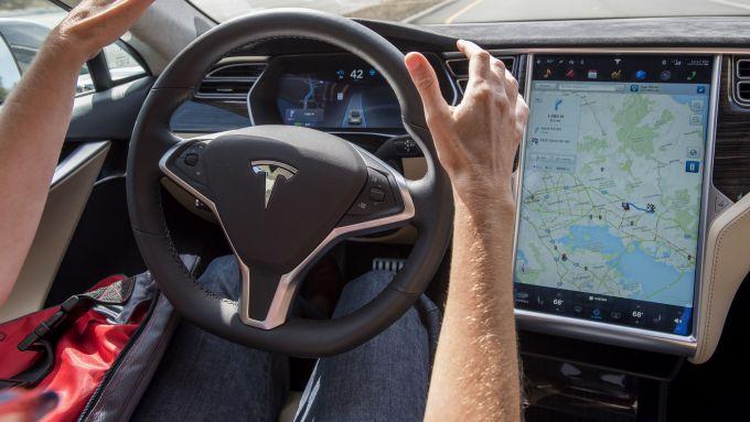 Tesla Autopilot: funzioni ridotte in Europa