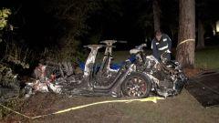 Tesla Autopilot: i resti della Model S bruciata dopo lo schianto contro un albero
