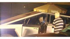 Tesla Cybertruck: Elon Musk a bordo del suo super pickup elettrico