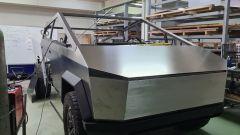 Tesla Cybertruck replica durante la realizzazione