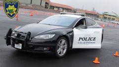 Tesla della polizia abbandona inseguimento: scarica