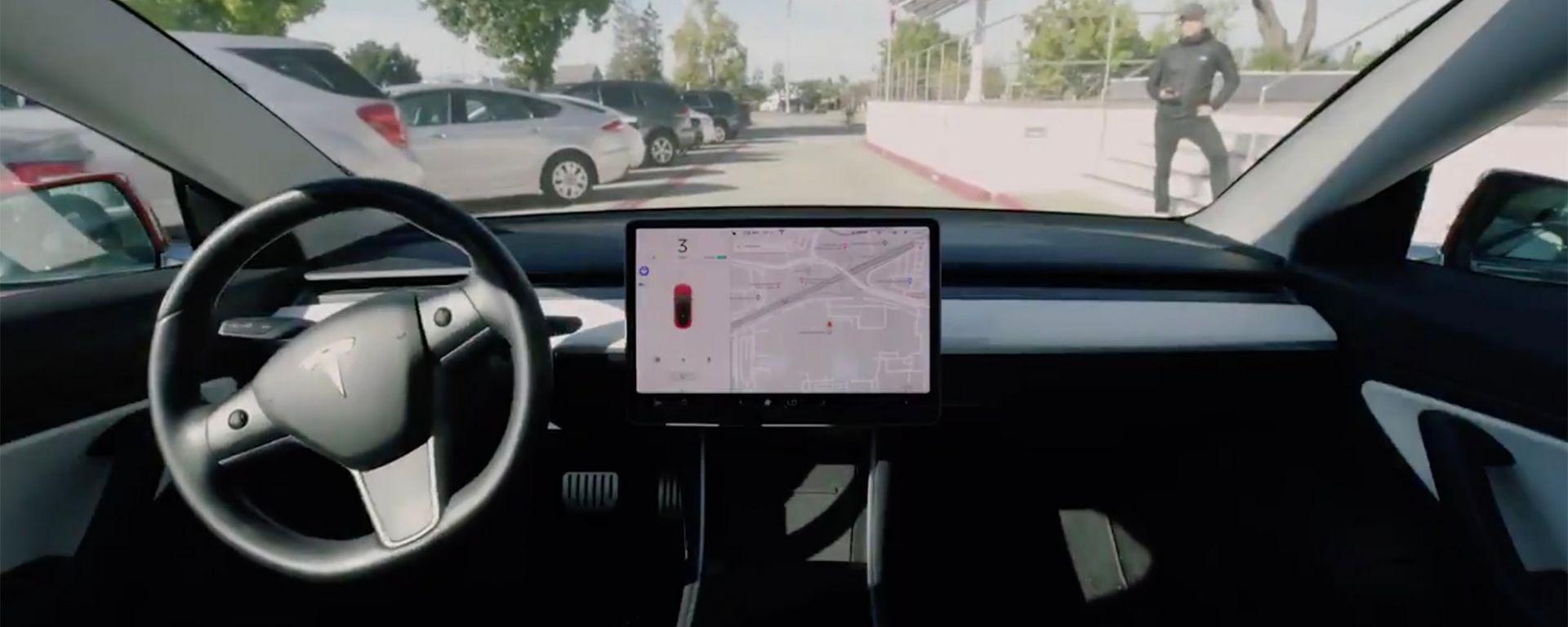 Tesla: la funzione Smart Summon è un disastro