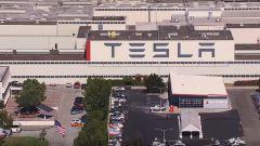 Tesla Model 3, consegne in forte ritardo. Elon Musk licenzia 400 dipendenti