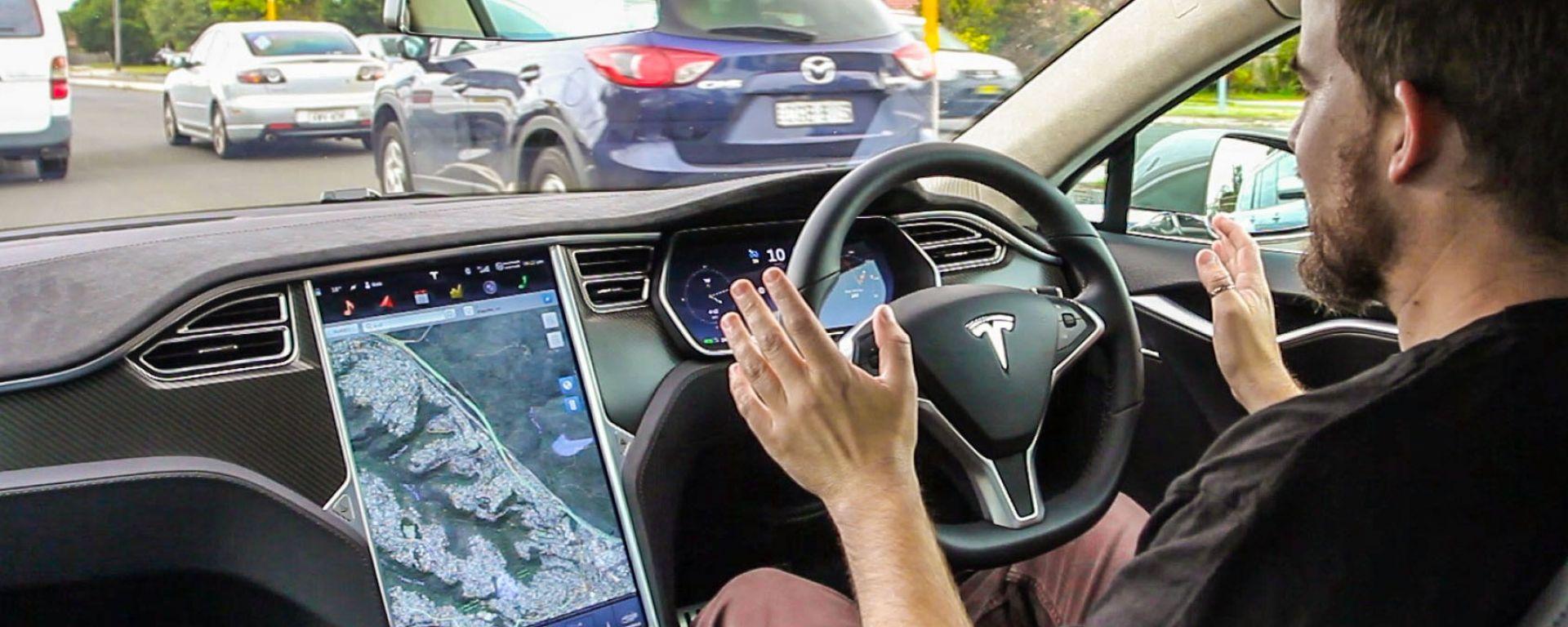 Tesla: l'Autopilot è pericoloso. Elon Musk accusato dagli ex