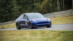 Tesla Model 3 durante una prova su pista