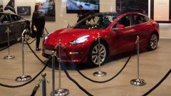 Tesla Model 3, eccola finalmente al Tesla Store di Milano