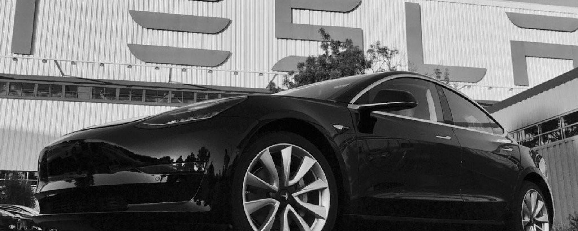 Tesla Model 3: Elon Musk presenta quella ufficiale