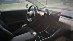 Tesla Model 3 non ha il quadro strumenti: un tecnico spiega i vantaggi