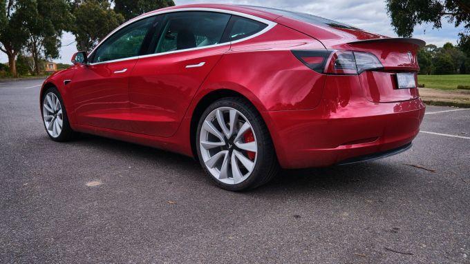 Tesla Model 3: una vista posteriore della berlina elettrica americana