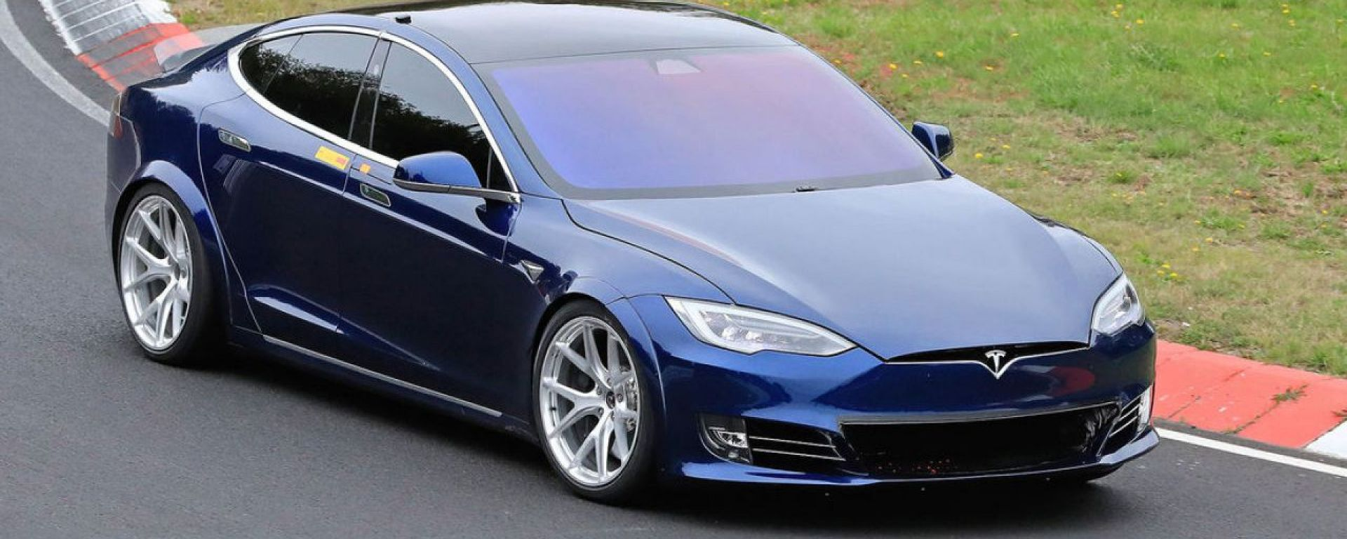Tesla Model S in azione al Nurburgring