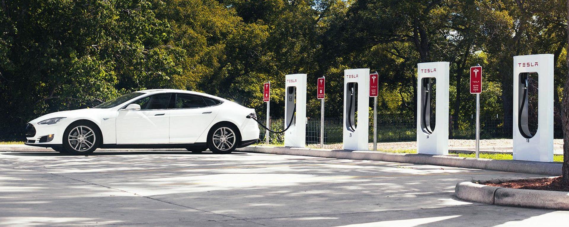 Tesla Model S in ricarica a una stazione Supercharger