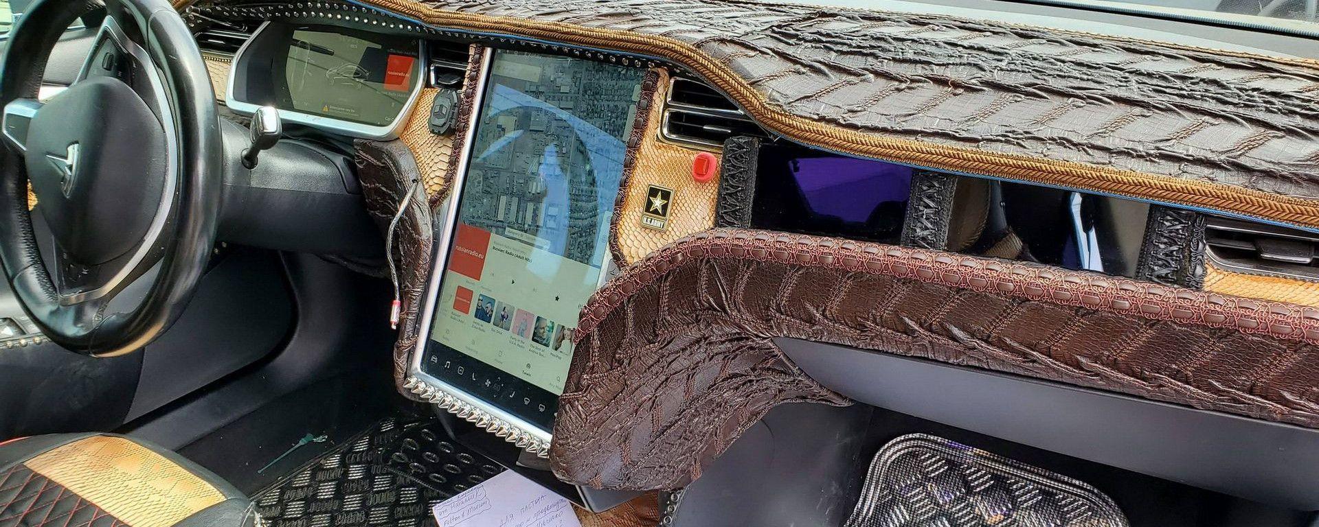 Tesla Model S: interni in pelle di coccodrillo