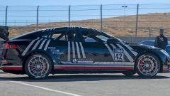 Tesla Model S Plaid alla Pikes Peak: l'auto preparata per la gara è molto più leggera dell'originale