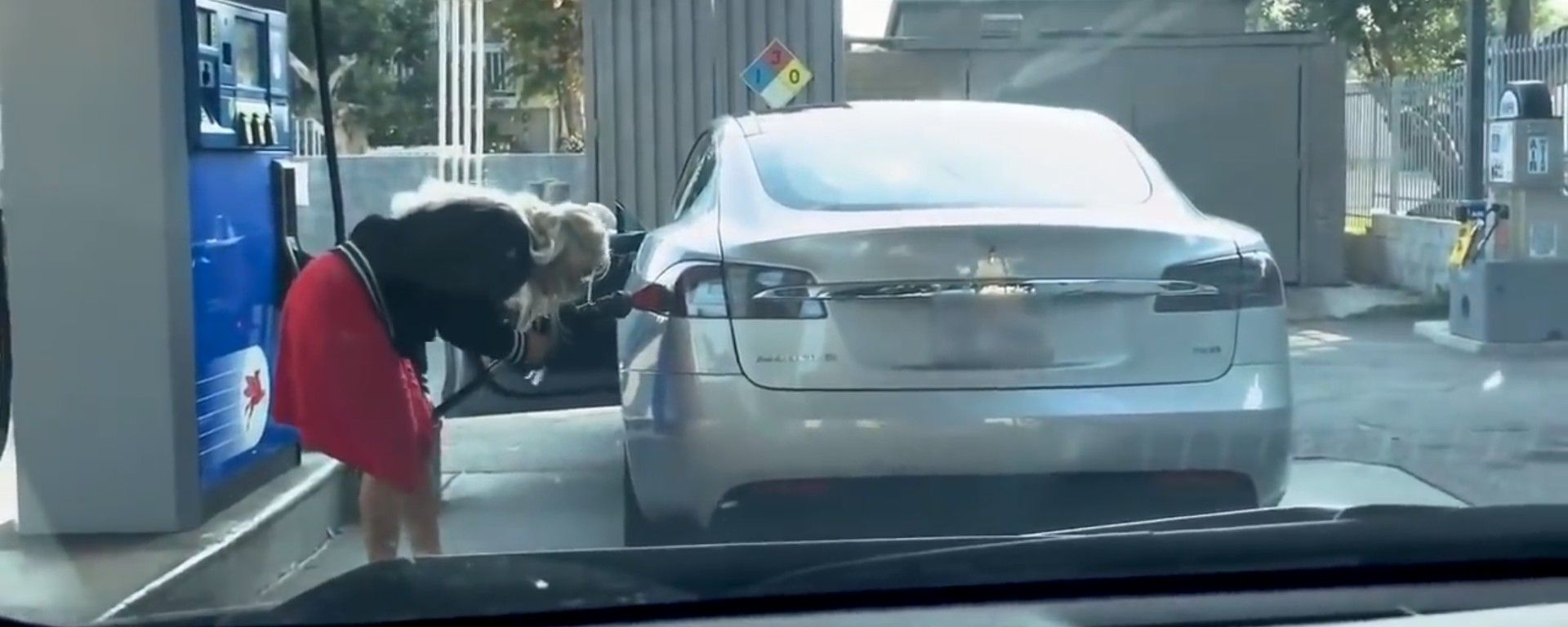 Tesla Model S: una donna bionda le fa benzina. Ecco il video