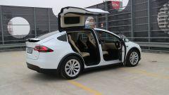 Tesla Model X 90D: le porte modulano l'apertura anche in base all'altezza disponibile sopra il tetto