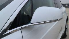 Tesla Model X 90D: specchietto laterale