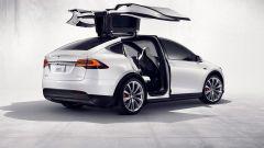 Tesla Model X e la caratteristica apertura delle portiere posteriori ad ala di falco