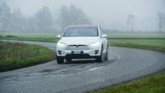 Tesla Model X Long Range: fari full LED e calandra sottile