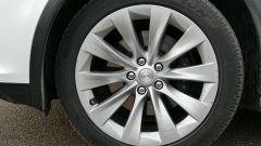 Tesla Model X Long Range: i cerchi in lega leggera di serie misurano 20