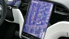 Tesla Model X Long Range: il grande display a colori da 17