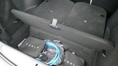 Tesla Model X Long Range: il pozzetto posteriore per contenere tutti i cavi e gli adattatori per la ricarica
