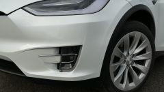 Tesla Model X Long Range: il taglio dei fanali anteriori full LED e del paraurti con i fendinebbia