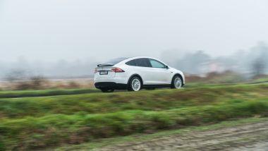Tesla Model X Long Range: in viaggio fuori dalla città