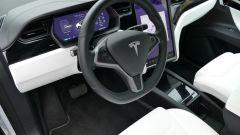 Tesla Model X Long Range: l'abitacolo lussuoso e minimal chic